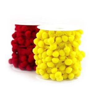 Rolos com fitas grelot pompom amarelas e vermelhas